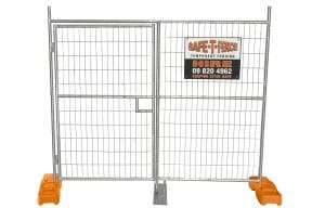 SAFETY-FENCE WITH ENTRANCE